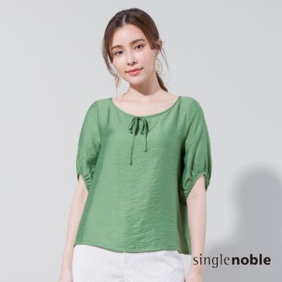 獨身貴族 材質魅力綁帶泡泡袖上衣(2色)