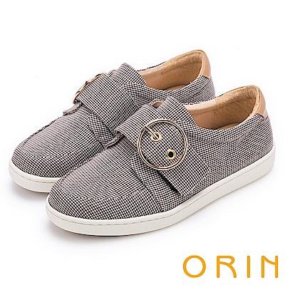 ORIN 潮流同步 金屬圓形釦環平底休閒鞋-棕灰千鳥格