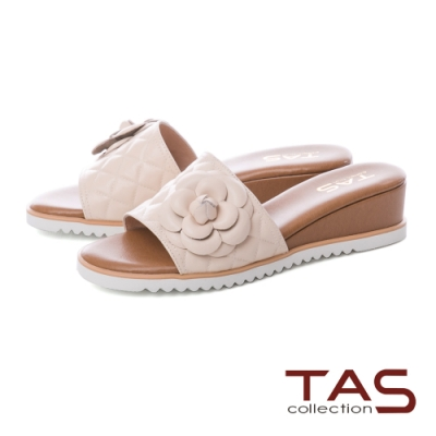 TAS 立體花朵拼接壓紋楔型涼拖鞋-質感膚