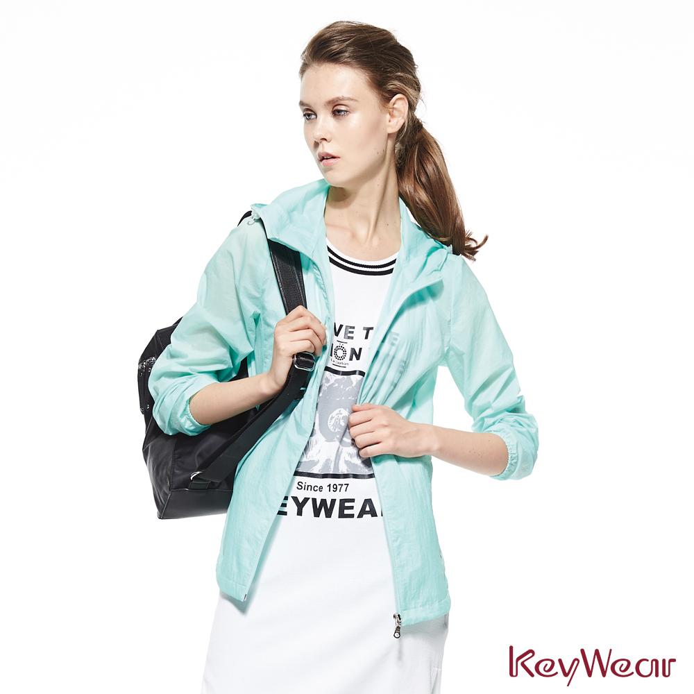 KeyWear奇威名品     異素材拼接修身好收納連帽抗UV外套-淺綠色