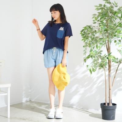 慢 生活 卡通造型貼布繡口袋上衣- 深藍/白