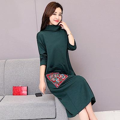 純色高領口袋刺繡印花洋裝M~2XL(共三色)-REKO