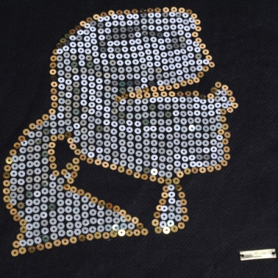 Karl Lagerfeld Paris 老佛爺亮片LOGO圖騰造型圍巾(黑底)