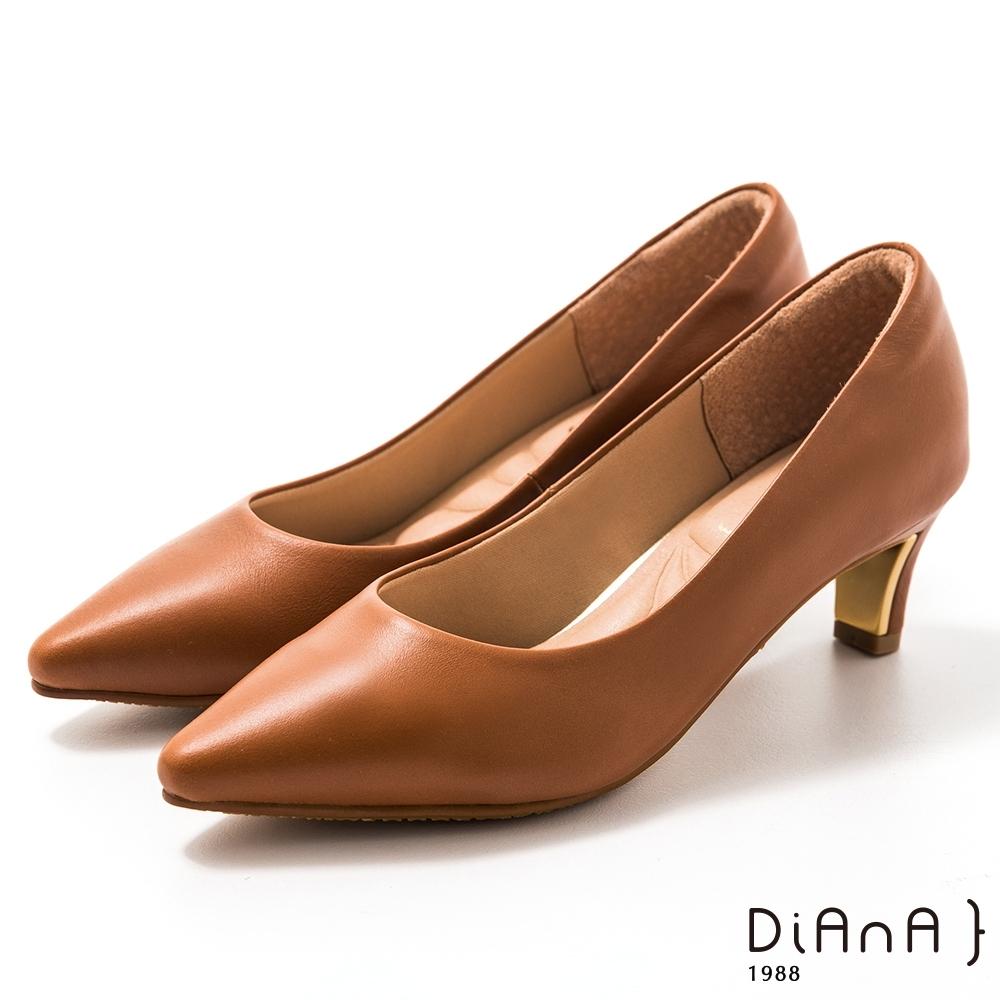 DIANA 5 cm 軟臘牛皮質感光澤鏡面尖頭粗鞋-質感氛圍–奶茶棕