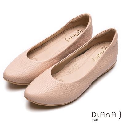DIANA漫步雲端厚切焦糖美人-真皮壓紋芭蕾舞平底娃娃鞋-卡其