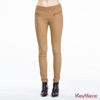 KeyWear奇威名品    歐風緹花幾何舒適彈力九分褲-可可色