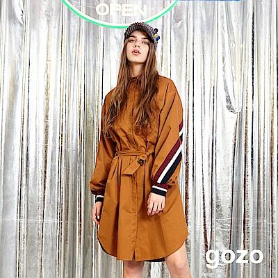 gozo 配色運動風條紋綁帶長版風衣外套(焦糖色)