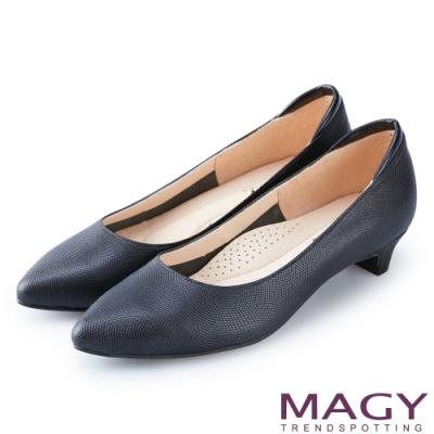 MAGY 氣質首選 壓紋牛皮尖頭低跟鞋-黑色