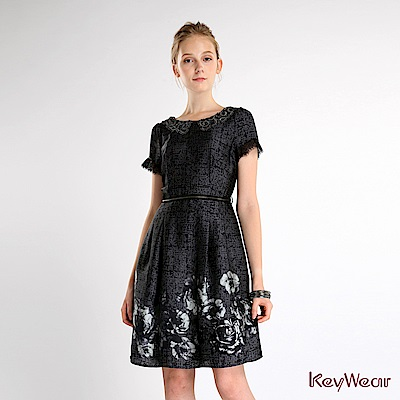 KeyWear奇威名品    蕾絲花邊領設計洋裝-深灰色