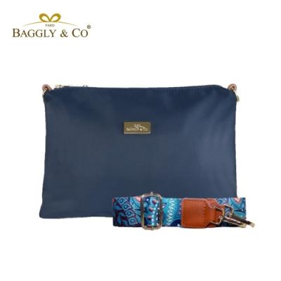 【BAGGLY&CO】輕量防潑水尼龍圖騰印花寬背帶側背包(湛藍色)
