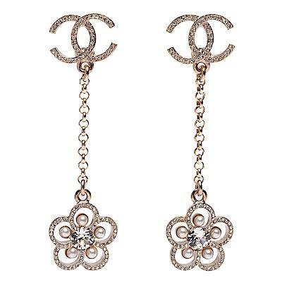 CHANEL 經典CC LOGO水鑽珍珠鑲嵌花朵簍空墜飾穿式耳環(白X金)