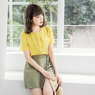 純色貝殼排釦造型口袋短袖上衣-OB嚴選