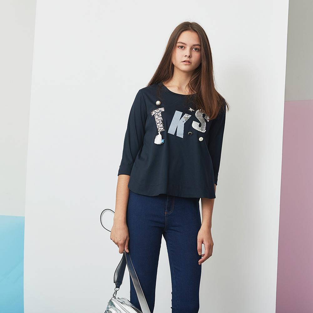 ICHE 衣哲 時尚3D鑲飾珍珠鉚釘字母印花圓領T恤造型上衣-藏藍