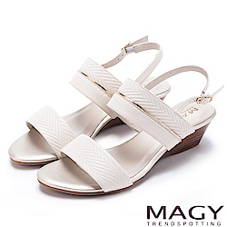 MAGY 時尚穿搭必備款 金屬飾條真皮楔型涼鞋-米白
