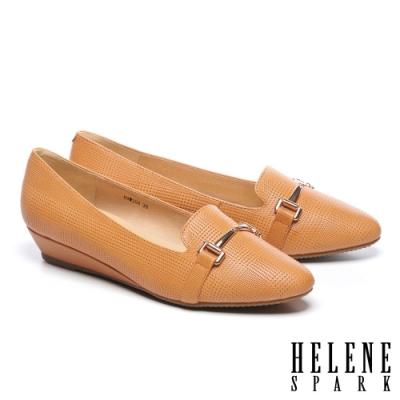 低跟鞋 HELENE SPARK 經典質感馬銜釦全真皮楔型低跟鞋-咖
