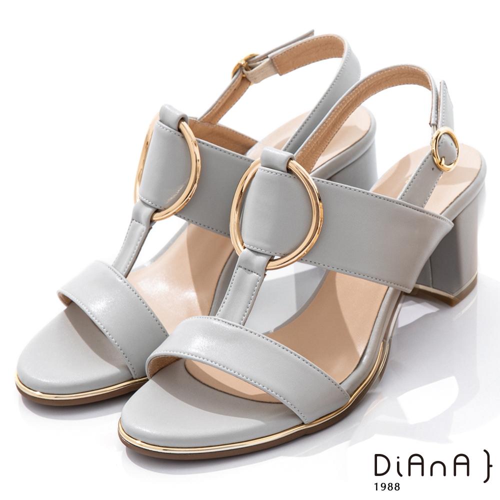 DIANA 6.5cm羊紋金屬圓環飾釦T字高跟涼鞋-夏日風情-淺灰