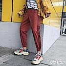Monkey Shop 側邊三線條英字印花運動風縮口長褲 有加大尺碼-2色