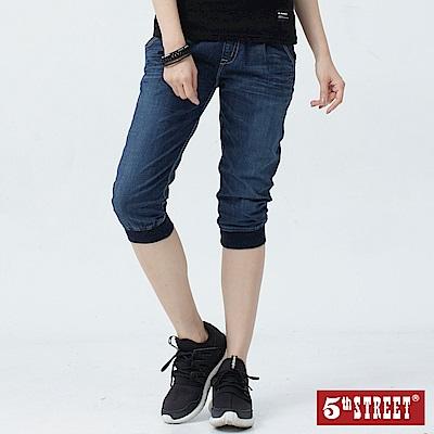 5th STREET 涼感刷色 七分牛仔束口褲-女-酵洗藍