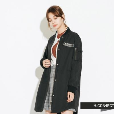 H:CONNECT 韓國品牌 女裝-貼布繡字長板風衣外套-黑