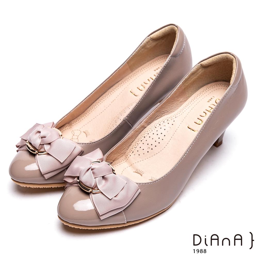 DIANA金屬圓形飾釦真皮跟鞋-甜漾迷人-可可