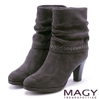 MAGY 暖冬時尚 抓皺絨布鑽飾百搭中筒高跟靴-灰色