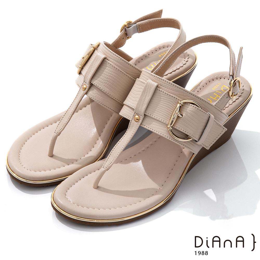 DIANA 5.5cm 壓紋牛皮鉚釘釦飾T字楔型夾腳涼鞋-異國風情-米