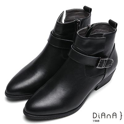 DIANA 雅緻品味—拼接車線仿繞帶金屬釦側拉鍊尖頭短靴-黑