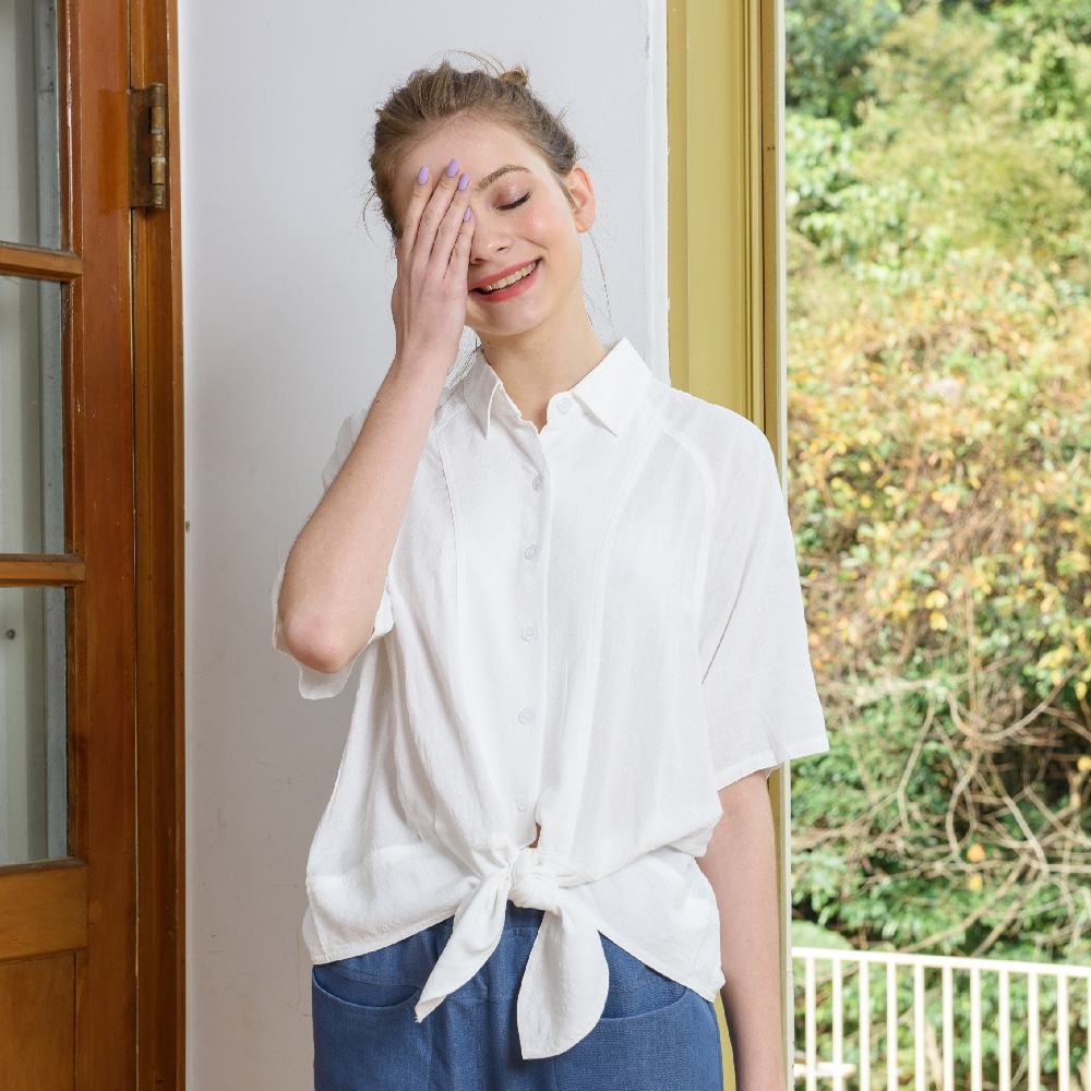 【KiKi】連袖綁結緹花-女短袖襯衫 綁結 白(白色/版型合身)