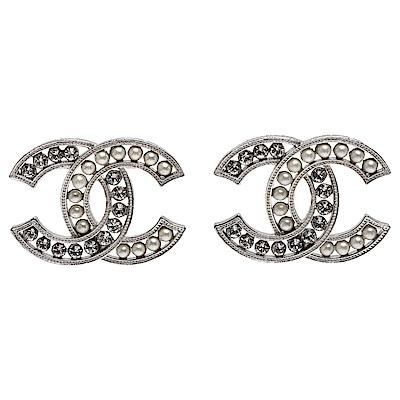 CHANEL 經典雙C LOGO白色珍珠水鑽鑲嵌造型耳環(銀X白)