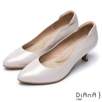 DIANA 漫步雲端超厚切輕盈美人款--珠光真皮側曲線尖頭跟鞋-米