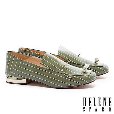 低跟鞋 HELENE SPARK 復古條紋鑲鑽水滴珍珠造型軟皺漆皮後踩樂福低跟鞋-綠