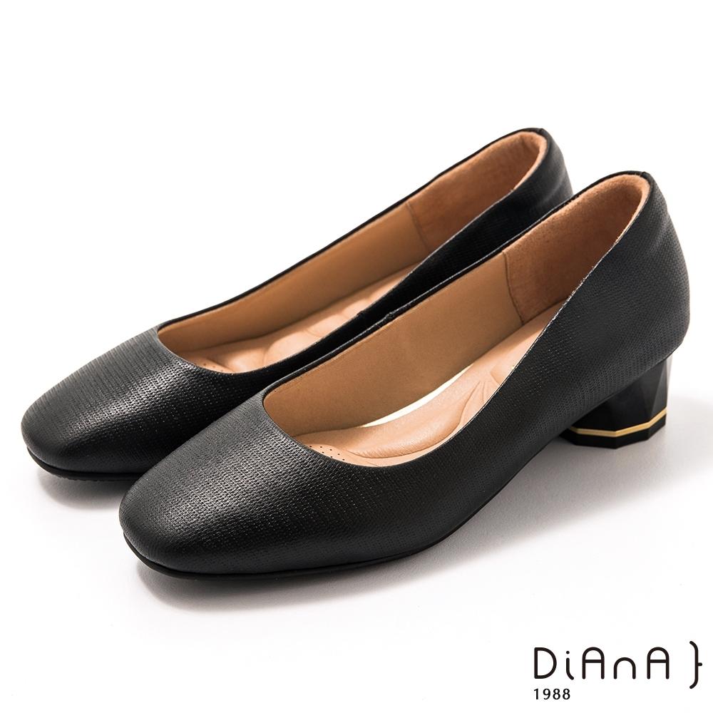 DIANA 4 cm 壓紋羊皮多角粗跟方圓頭跟鞋-質感氛圍-黑