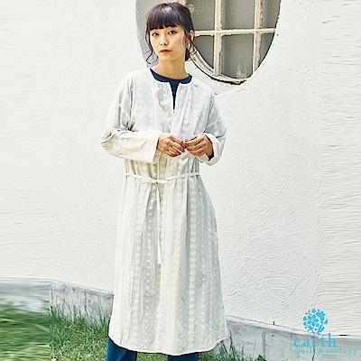 earth music 花朵刺繡落肩綁帶長版罩衫