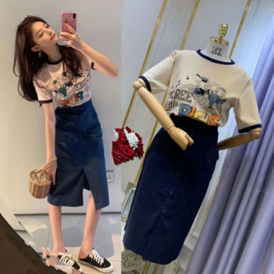 MOCO小豬圓領滾邊棉質T恤加藍色排釦開叉及膝裙套裝L~4XL