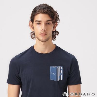 GIORDANO 男裝LEARN N PLAY系列印花口袋T恤-52 標誌海軍藍