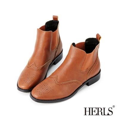 HERLS短靴-翼紋雕花側鬆緊切爾西皮革粗跟短靴-焦糖棕