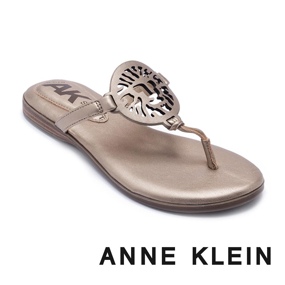 ANNE KLEIN-ALLTHEWAY 經典品牌圖飾 清涼顯瘦夾腳拖鞋-金色
