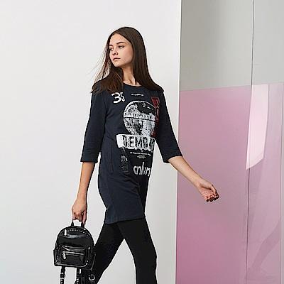 ICHE 衣哲 時尚設計印花七分袖長版造型上衣-藏藍