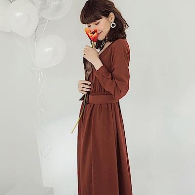 純色v領附琥珀腰帶傘襬修身長袖洋裝-OB嚴選