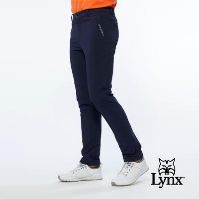 【Lynx Golf】男款潑水功能膝蓋剪接彩色LOGO繡花平口窄管休閒長褲-深藍色