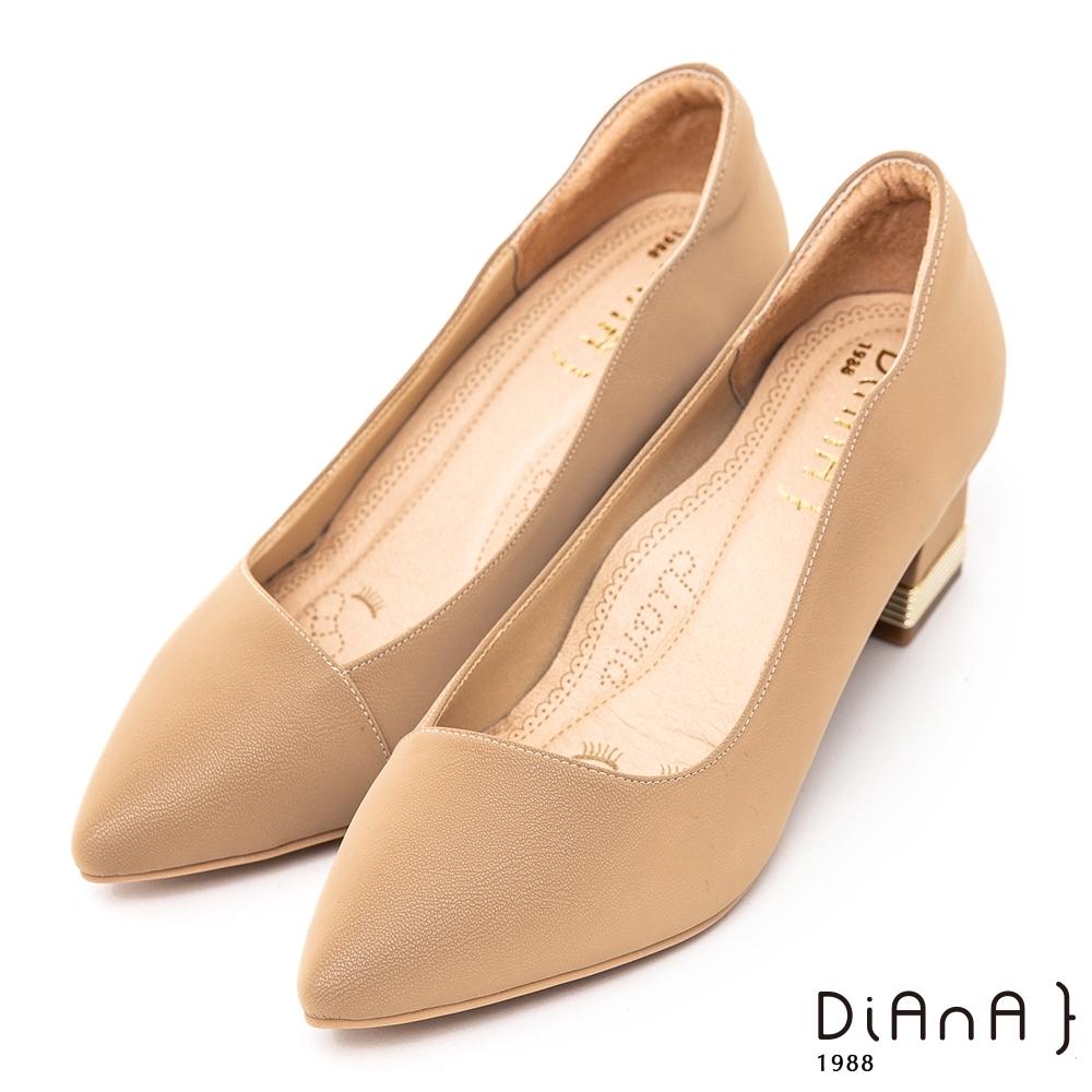 DIANA特殊絲光牛皮素面6 CM尖頭粗跟跟鞋 -漫步雲端超厚切焦糖美人–卡其