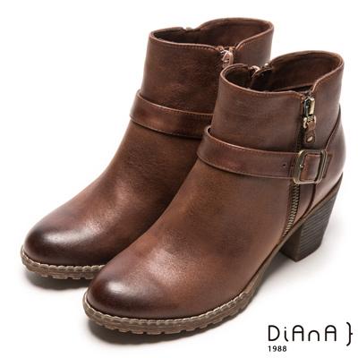 DIANA 復古原色—率性俐落牛紋繞帶經典釦環擦色短靴-棕