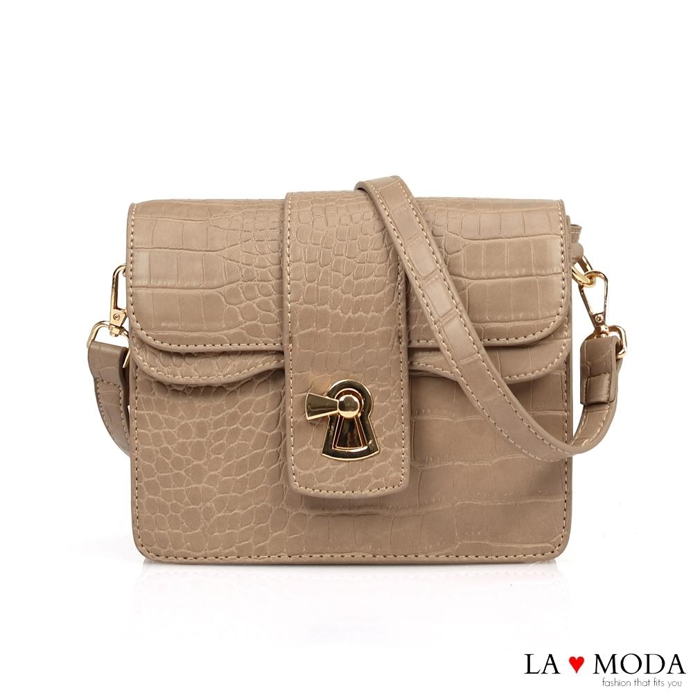 La Moda 精品Look蛇紋壓紋亮皮創意釦飾肩背斜背小方包(杏)