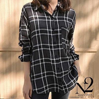 上衣 正韓經典格紋前短後長寬版長袖襯衫(黑) N2