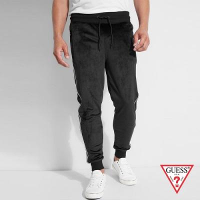 GUESS-男裝-簡約素色蜜桃絨縮口運動褲-黑 原價2790