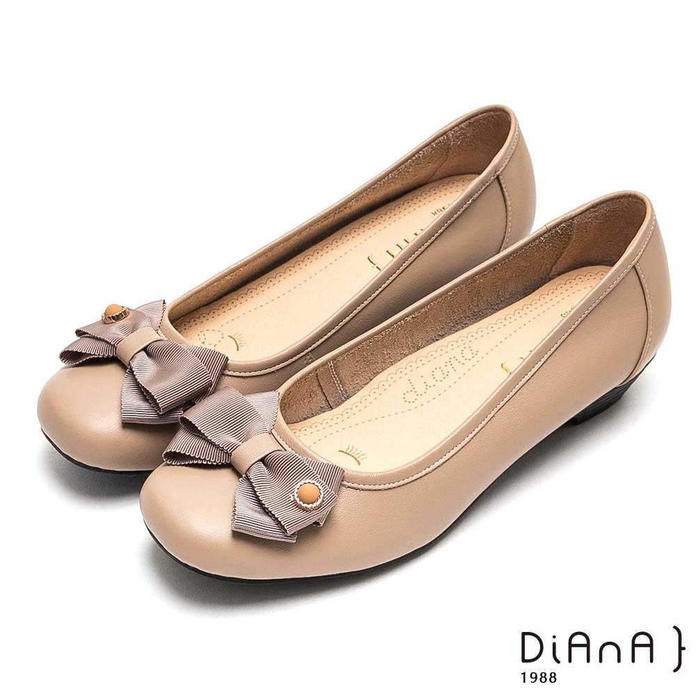 DIANA金釦蝴蝶結耐磨牛皮方頭娃娃鞋-漫步雲端厚切焦糖美人-米
