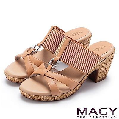 MAGY 異國渡假風 質感真皮拼接條紋布面編織粗跟拖鞋-棕色