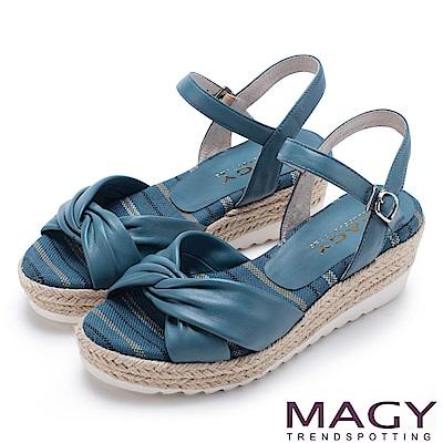 MAGY 夏日時尚舒適 交叉抓皺真皮麻編楔型拖涼鞋-藍色