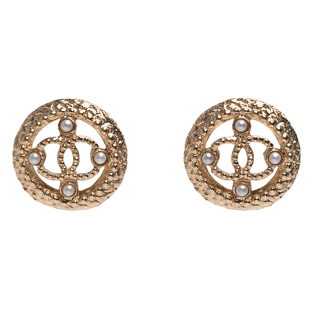 CHANEL 經典鏤空CC LOGO圓形滾邊珍珠鑲嵌造型穿式耳環(金)