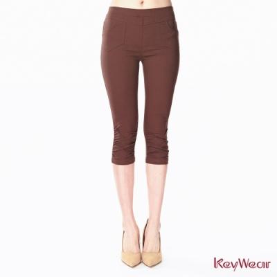 KeyWear奇威名品    微涼感褲口抓褶彈性修身褲-咖啡色
